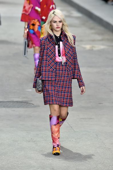 Completo Chanel in tessuto quadrettato con camicia a stampa a macchie di colore