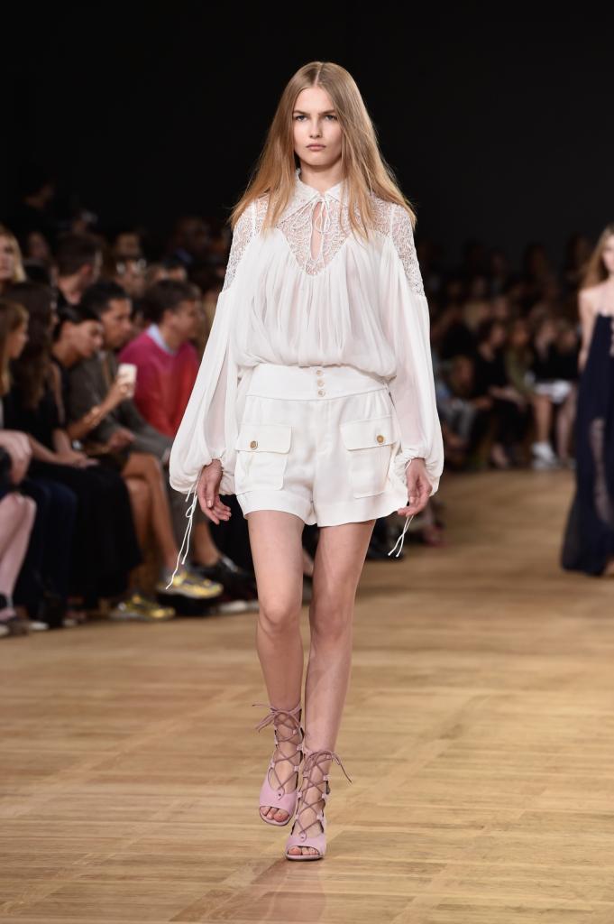 Chloè, PFW, collezione Primavera-Estate 2015: shorts in setta bianchi stile marinaresco, blusa bianca riccamente drappeggiata