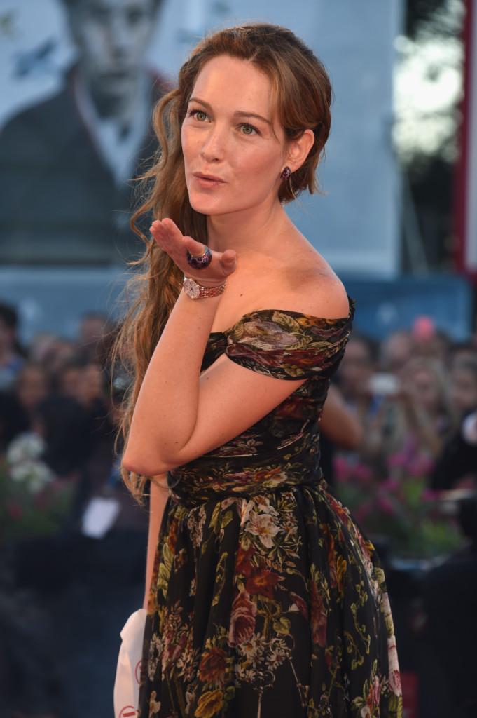 Sembra una Venere di Botticelli, Cristina Capotondi, con treccia morbida di lato e trucco dorato