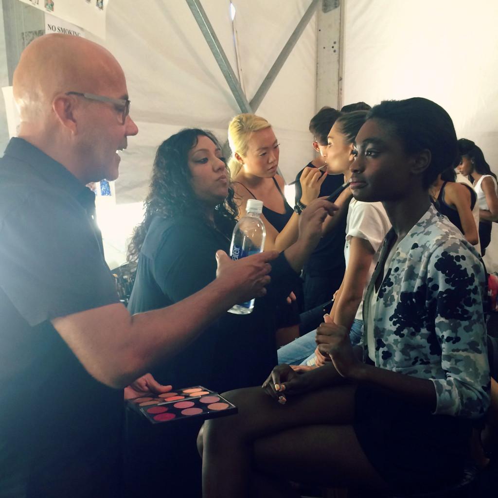 I makeup artist di MAC realizzano un trucco fresco ed estivo
