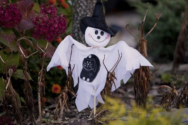 Spettri di stoffa realizzati con uno spiedo di legno, decoreranno il vostro giardino nel giorno di Halloween