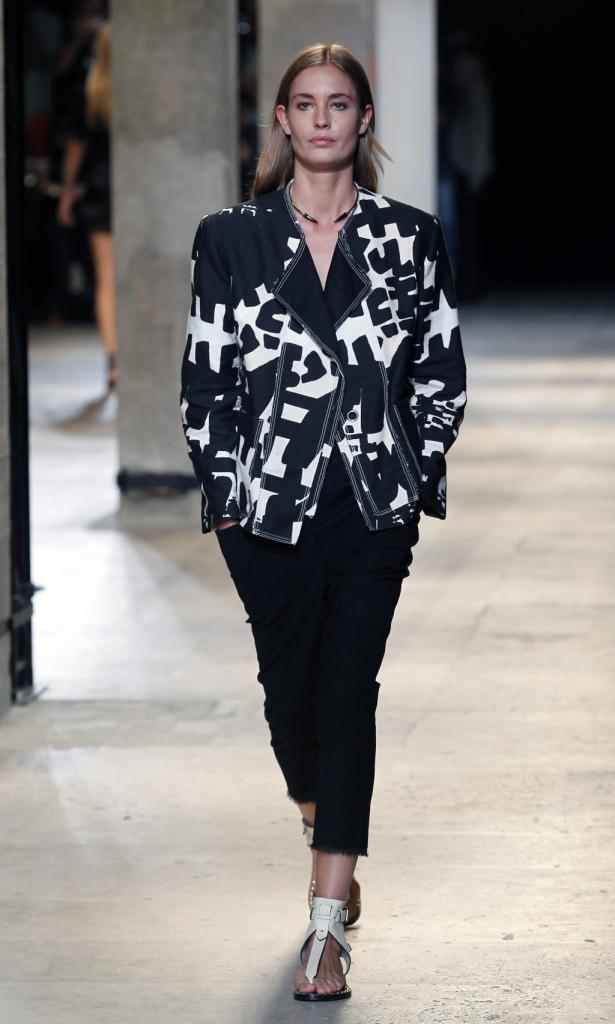 Isabel Marant, PFW, collezione Primavera-Estate 2015: giacca oversize con stampa tribal bianca e nera, pantaloni neri al ginocchio
