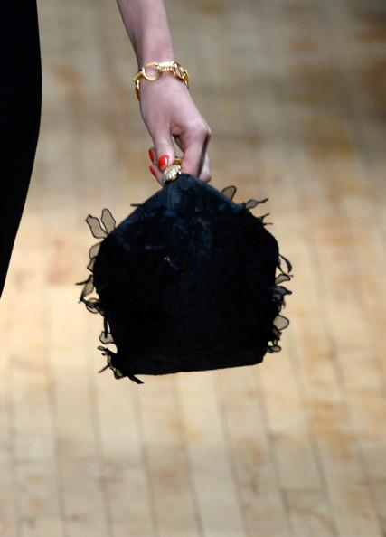 Una delle borse accessorie agli outfit in passerella