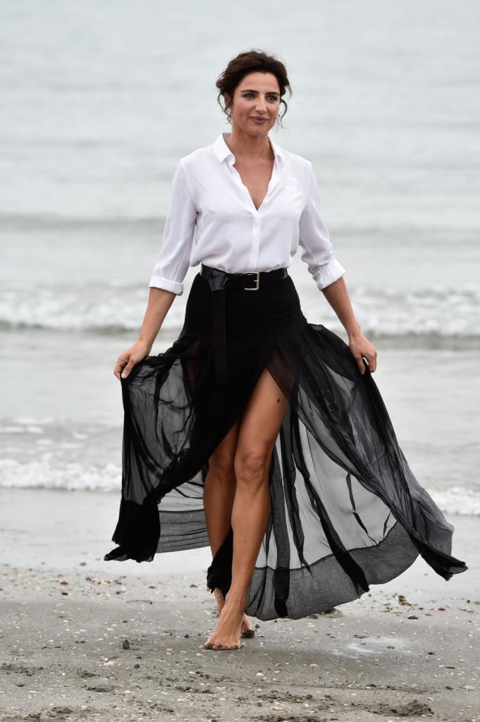 Luisa Ranieri sceglie un look da diva anni '50 sia nel trucco che nei capelli in un omaggio a Sofia Loren