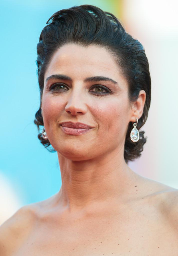 Per la sera Luisa Ranieri scegli un raccolto molto chic e un trucco con ombretto bronzo e blush corallo