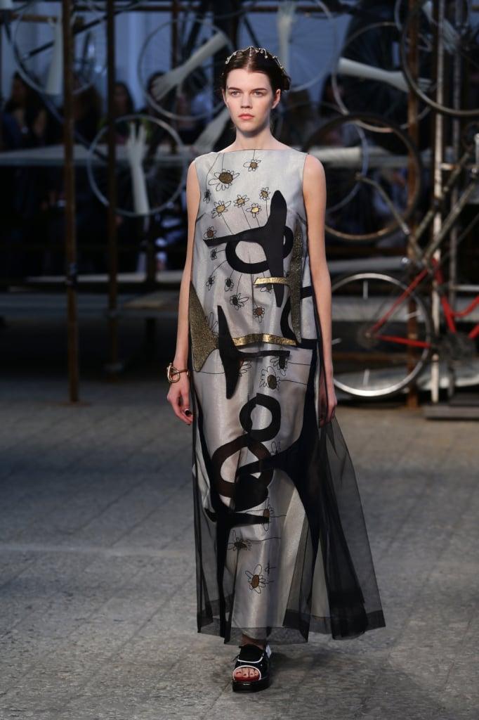 Antonio Marras, MFW, collezione Primavera-Estate 2015: tunic dress lungo argento con strato velato nero e stampa astratta con disegni neri e dorati
