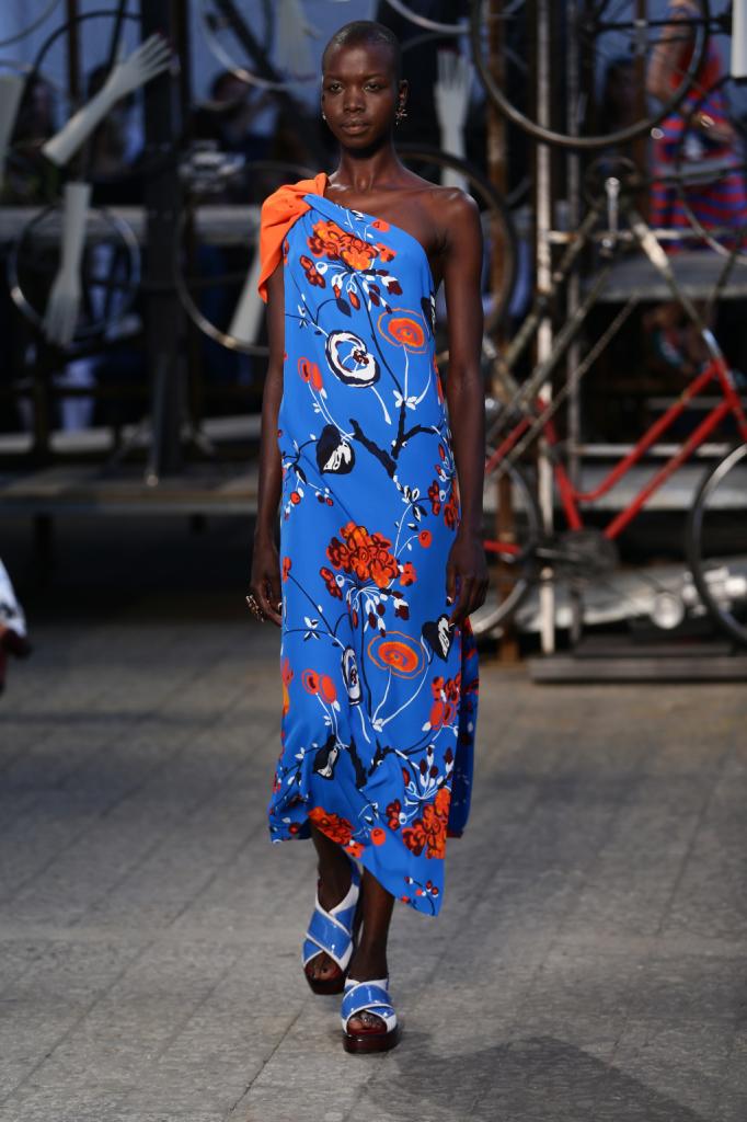 Antonio Marras, MFW, collezione Primavera-Estate 2015: abito lungo a tunica con monospalla e colore in contrasto, tonalità arancione e celeste