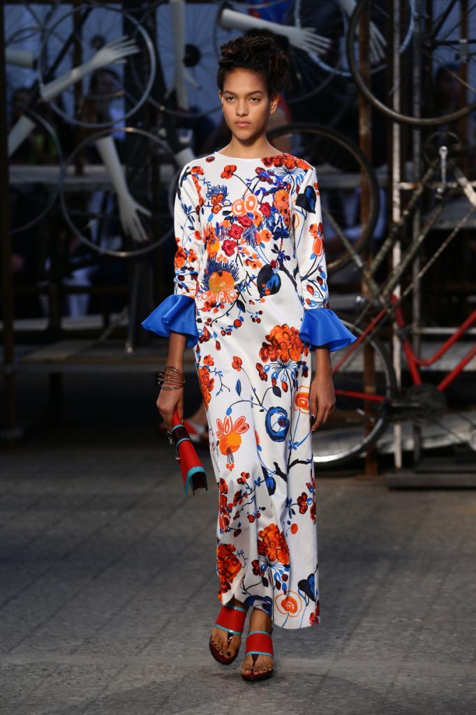 Antonio Marras, MFW, collezione Primavera-Estate 2015: abito-tunica in seta con stampa astratta e ricami, maniche a corolla in contrasto colore