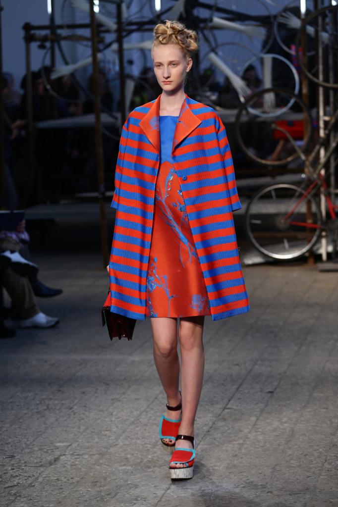 Antonio Marras, MFW, collezione Primavera-Estate 2015: abito in color block celeste e arancione, cappottino a righe con taglio ampio