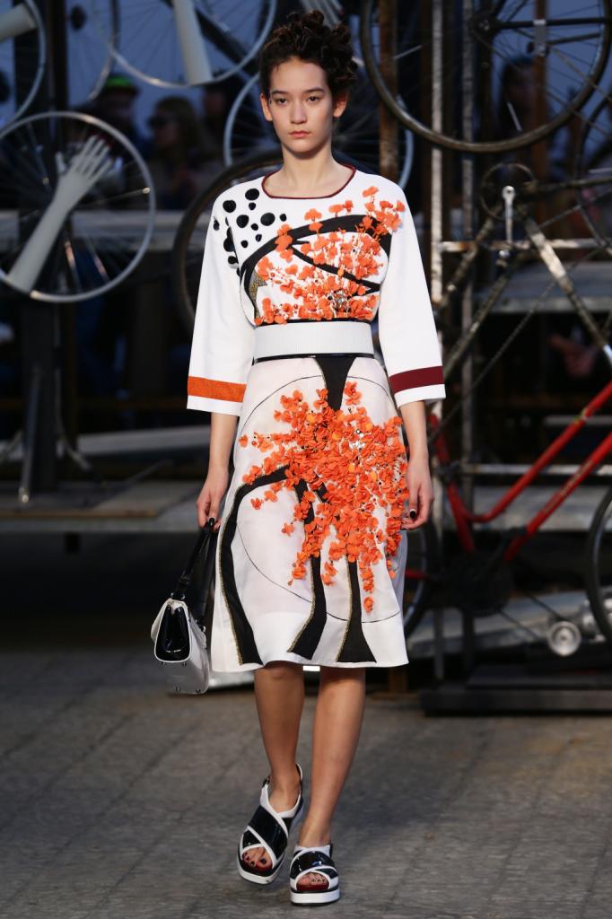 Antonio Marras, MFW, collezione Primavera-Estate 2015: abito-kimono bianco con applicazione fiorellini tridimensionali sui toni dell'arancio