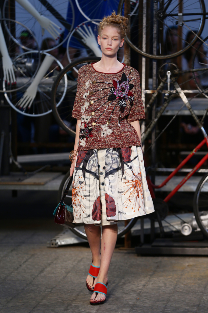 Antonio Marras, MFW, collezione Primavera-Estate 2015: gonna a ruota con stampa astratta e maglione riccamente ornato con ricami, paillettes e patchwork tessuti