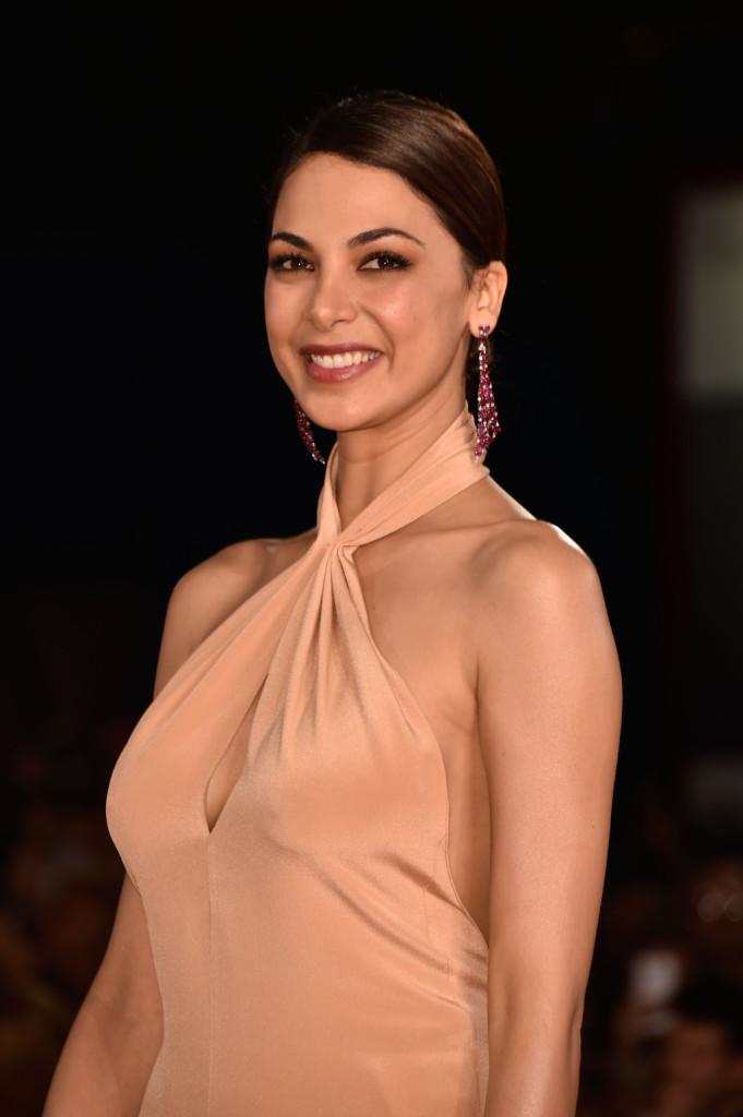 Moran Atias esalta la sua bellezza naturale con un rossetto rosato e un look molto romantico