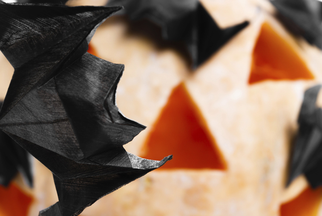 Pipistrelli di carta realizzati con la tecnica dell'origami. Da appendere con un filo trasparente al soffitto