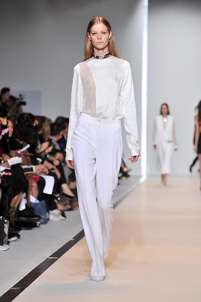 Pantalone morbido a vita alta e camicia con inserti trasparenti