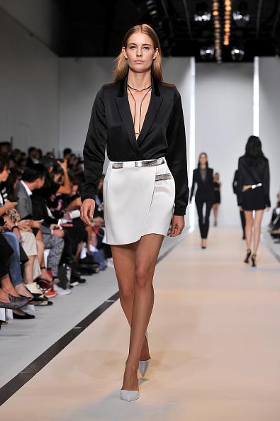 Minigonna con blusa ad ampio scollo a V