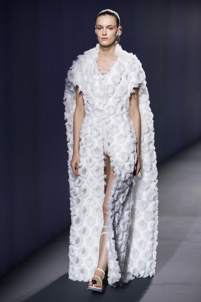 Vionnet, MFW, collezione Primavera-Estate 2015: vestito-cappotto in bianco optical, fantasia 3D a forma di cerchi sfilacciati, silhouette a