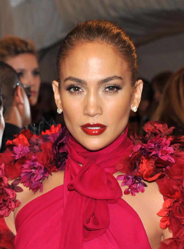 La sua carnagione olivastra le permette di indossare senza problema qualsiasi tonalità di rosso_Jennifer Lopez