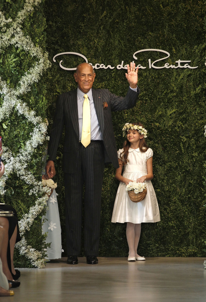 Oscar De La Renta sulla passerella della sua collezione Bridal