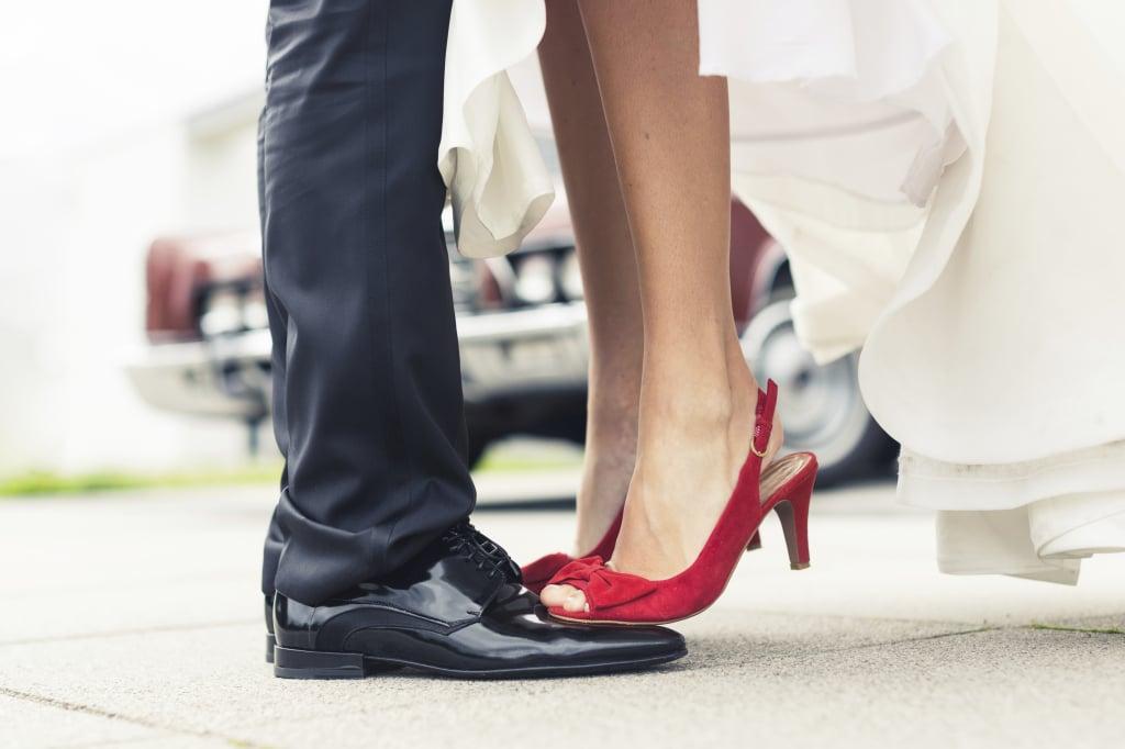 Le scarpe della sposa possono essere rosse, importante abbinare bouquet di rose rosse o rossetto rosso