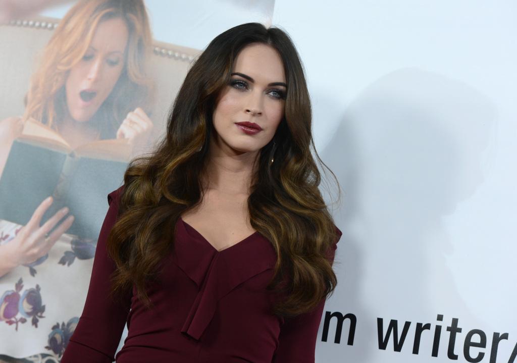 Una bellezza intramontabile, Megan Fox ha scelto un outift in sintonia con il bordeaux delle labbra