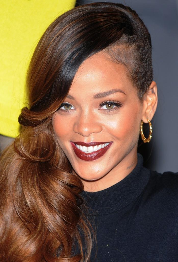 Rihanna l'abbiamo vista in tutti i look anche stravaganti, ma questa punta di rosso sulle labbra le dona particolarmente