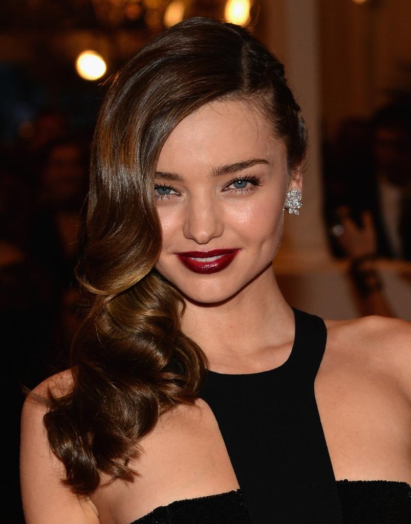 La sua bellezza è stravolgente e non poteva che stare alla grande con un rosso scuro sulle labbra che esalta i suoi occhi_ Miranda Kerr