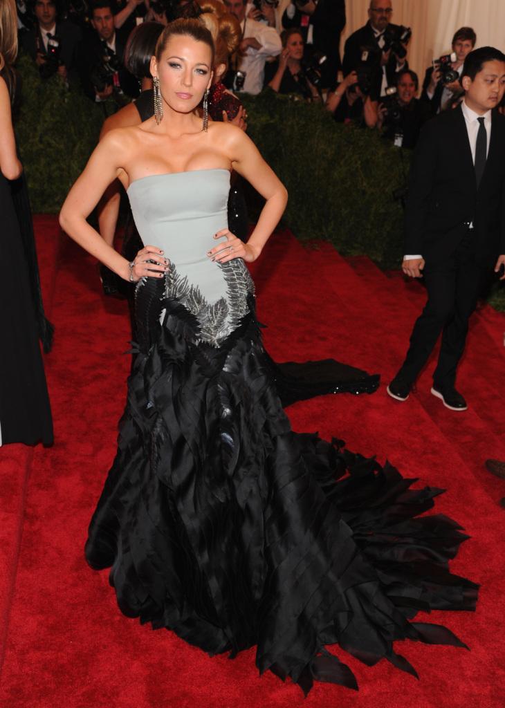 Una bellissima Blake indossa abito bicolor, ghiaccio e nero