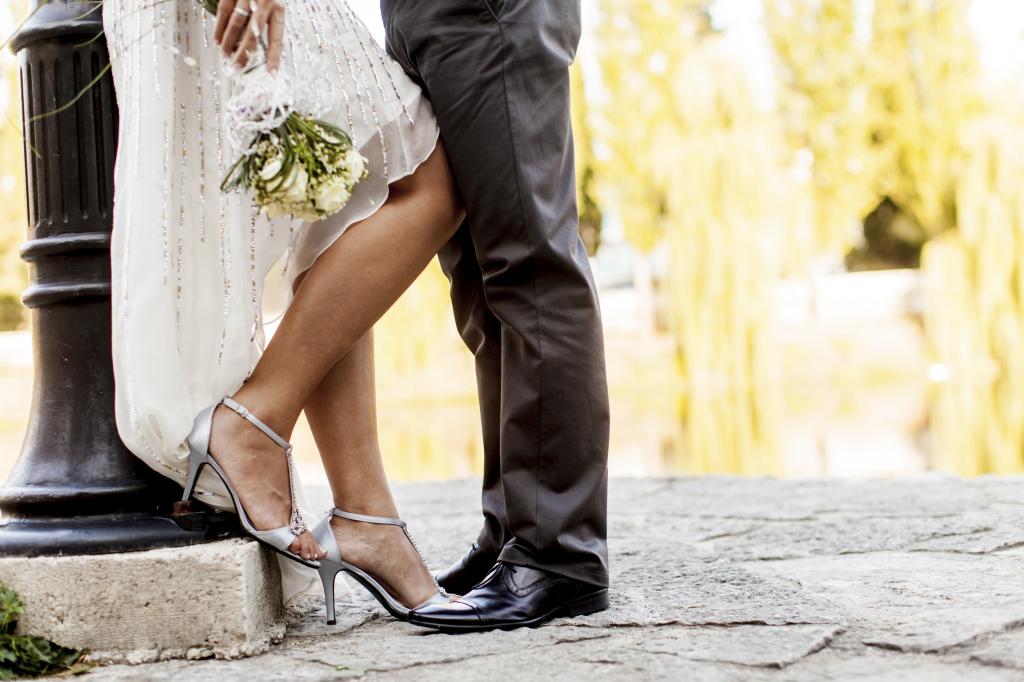 Abiti da sposa con scarpe colorate