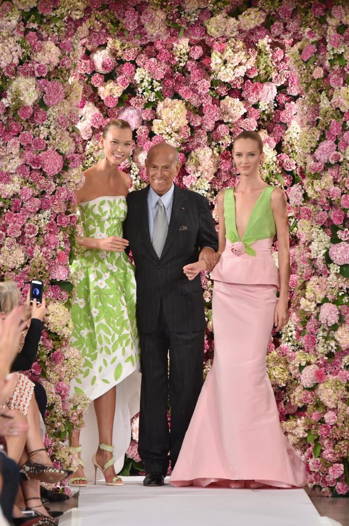 Circondato dalle rose e dal pubblico entusiasta, al fianco della modella Karlie Kloss nel finale della sfilata SS 2015