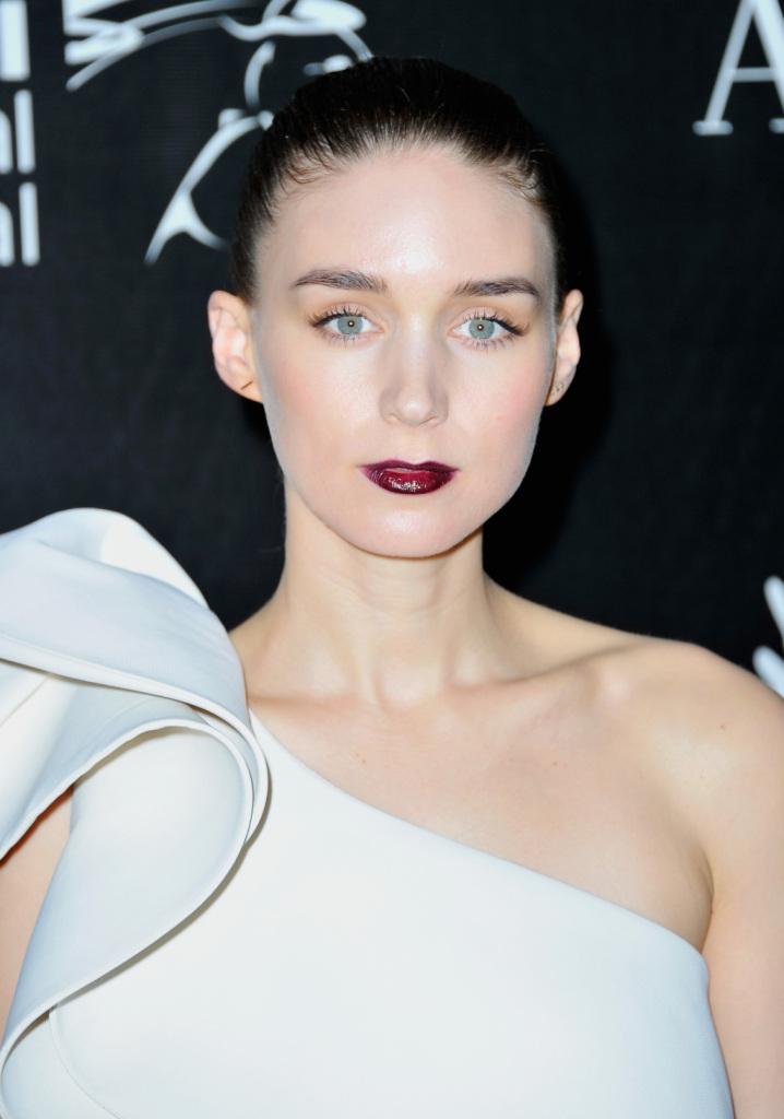 Nonostante la sua carnagione chiara Rooney Mara porta benissimo il suo rossetto bordeaux