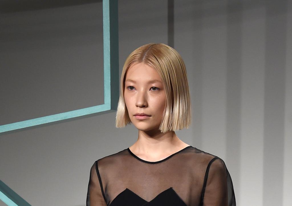 Un caschetto geocentrico è la scelta che Rejina Pyo ha fatto per le sue modelle