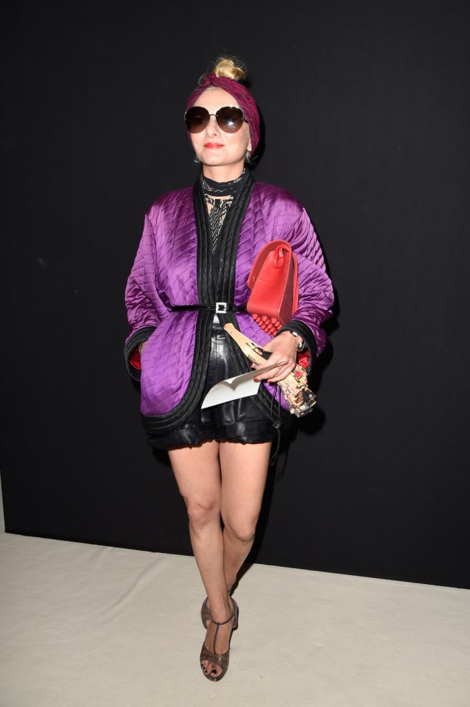 Turbante, giacca viola trapuntata, shorts di pelle: la stylist non mente. #streetstyle PFW september 2014