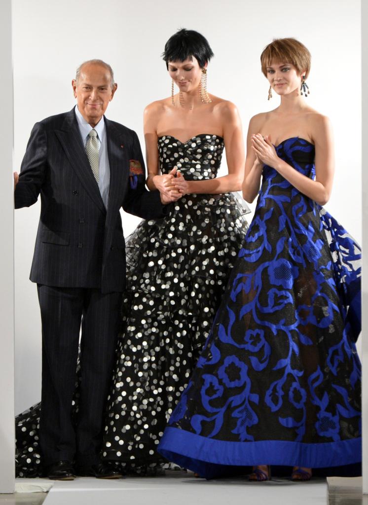 Oscar De la Renta sulla runway con due sue magnifiche creazioni