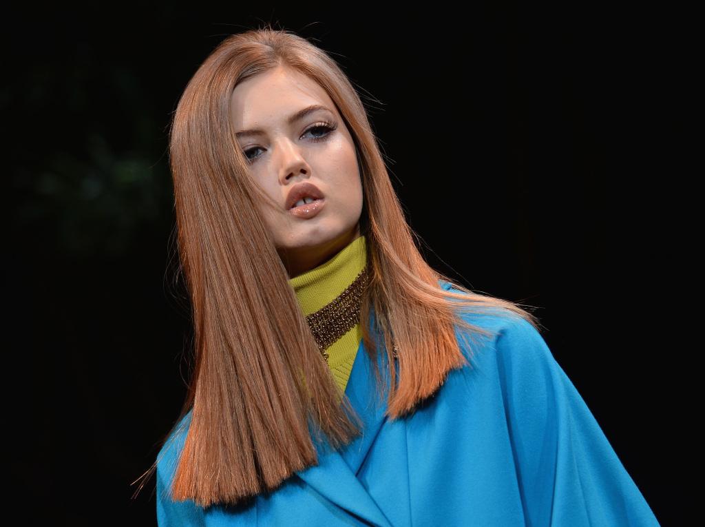 Per Versace i capelli lunghi devono essere lisci con taglio geometrico