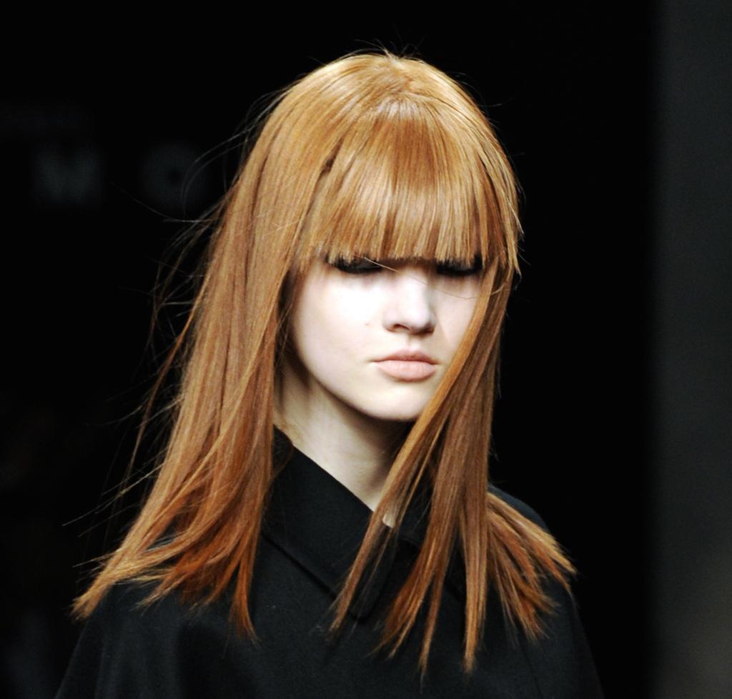 John Richmond propone capelli liscissimi con frange sfilate