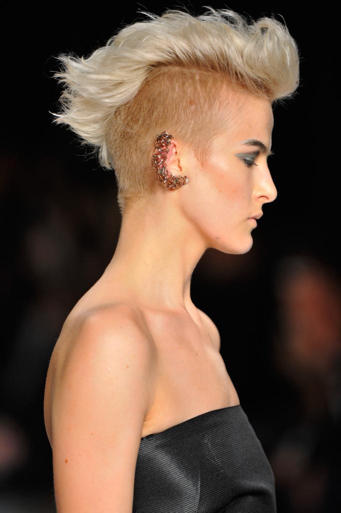 Tagli capelli corti rasati con ciuffo