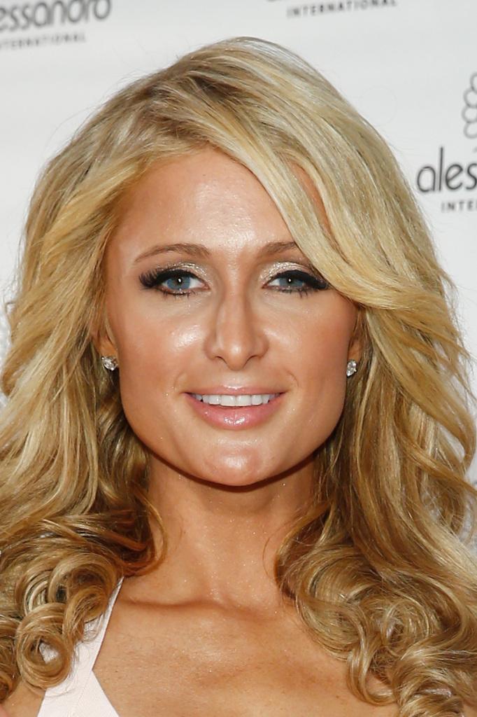 Paris Hilton ha occhi piccoli e sottili, che ingrandisce con un make up giocato su colore e luce
