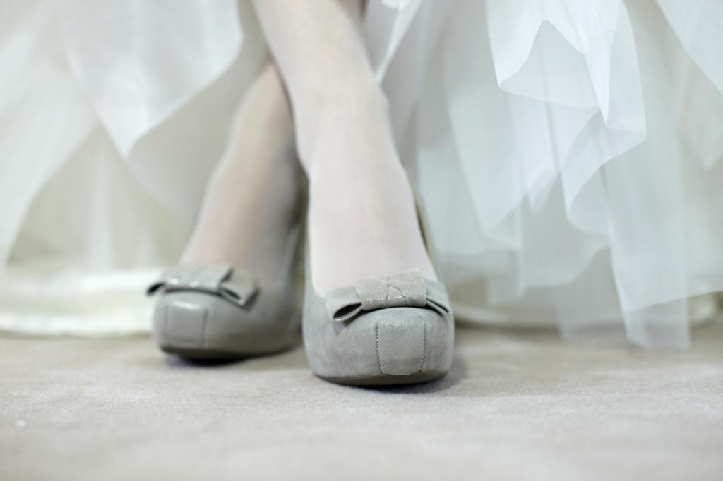 Le scarpe da sposa possono essere grigie, dipende dal tipo di gricio e dal tessuto