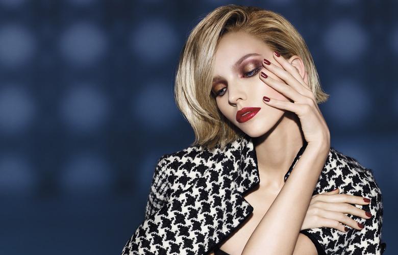 Torna la moda delle labbra scure, una tendenza per un look iper femminile