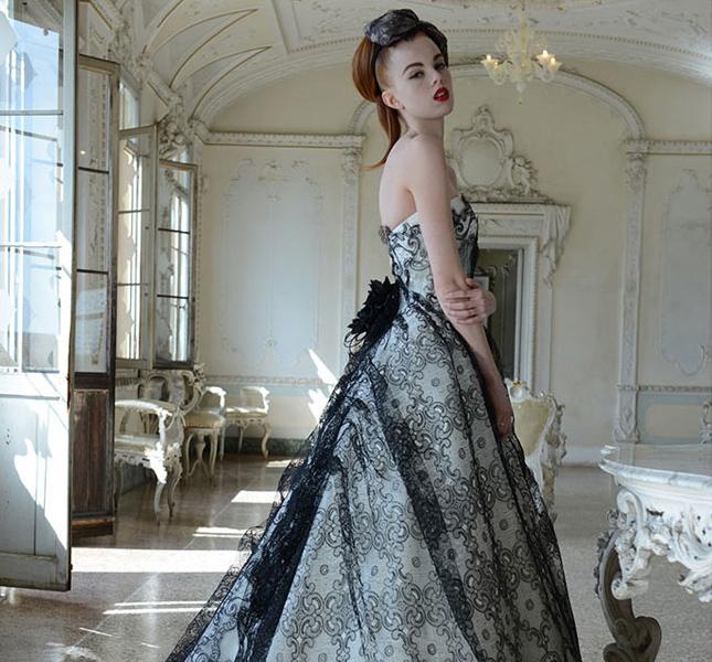 modello Gavina in bianco e pizzo nero. Elegantissimo e di charme.