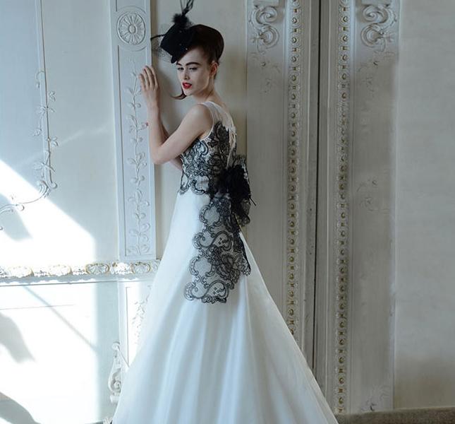 Modello Melania di Atelier Aimèe Montenapoleone. Il dettaglio nero rende super elegante questo modello.