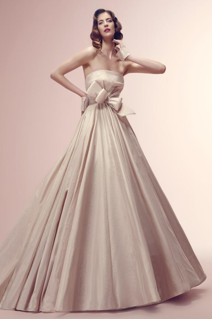 splendido abito rosa di Alessandro Rinaudo con originale fiocco in vita. Abito di l'abito dal taglio redingote in taffetà di seta