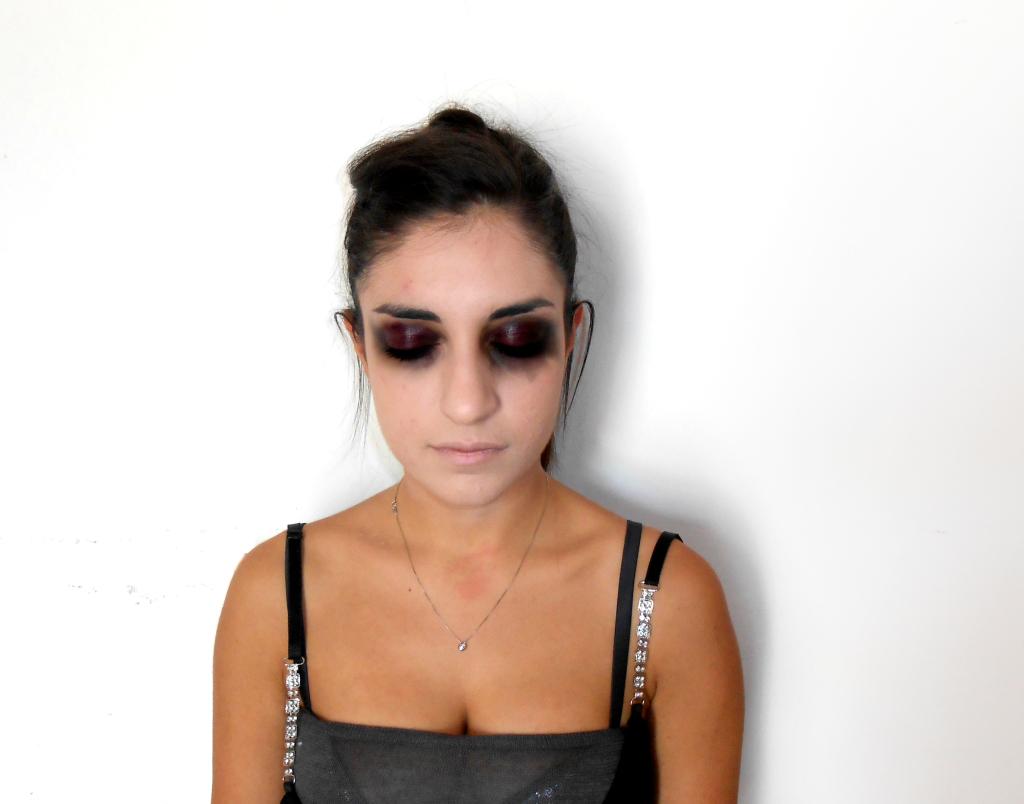 Base occhi: applicare una base viola in crema