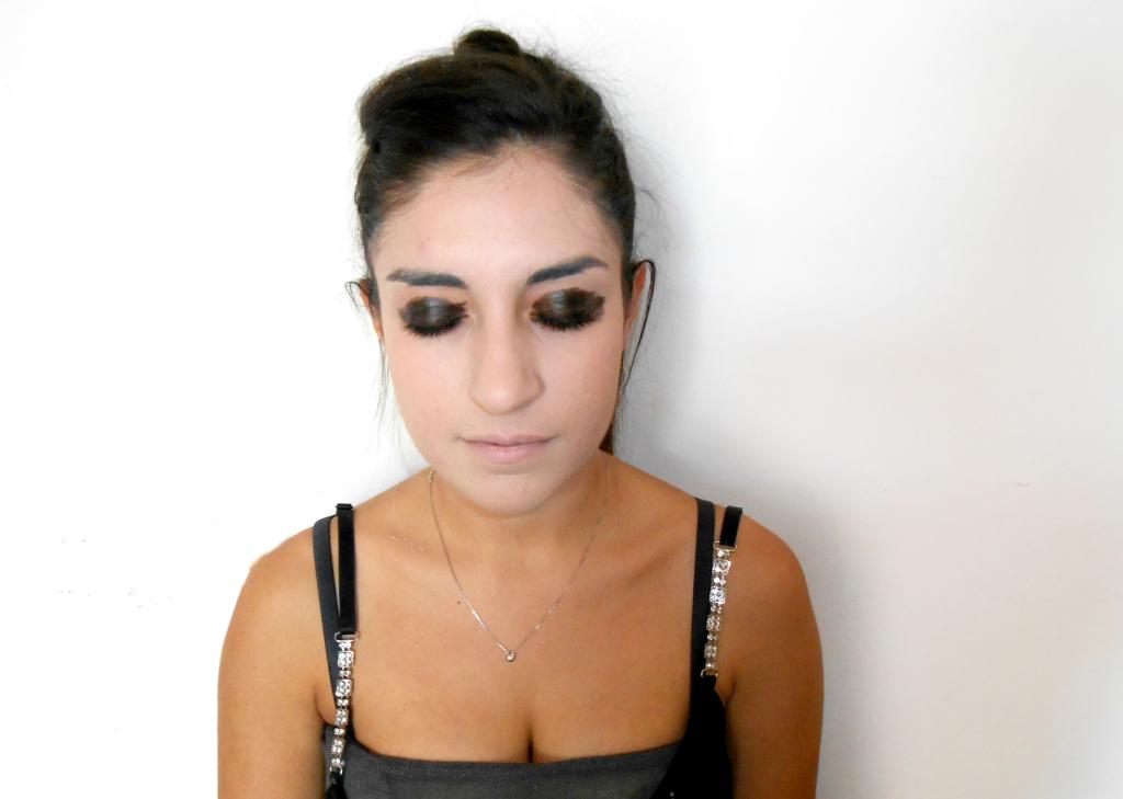 Base occhi: applicare una base nera in crema