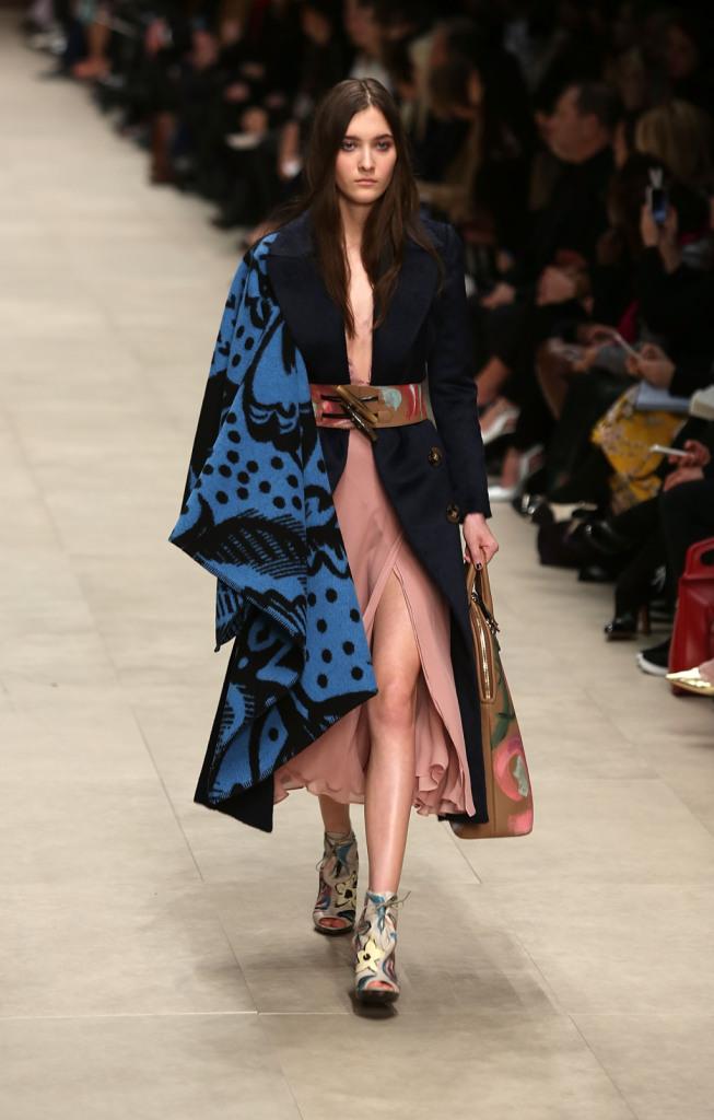 Blu e nero per la mantella Burberry Prorsum