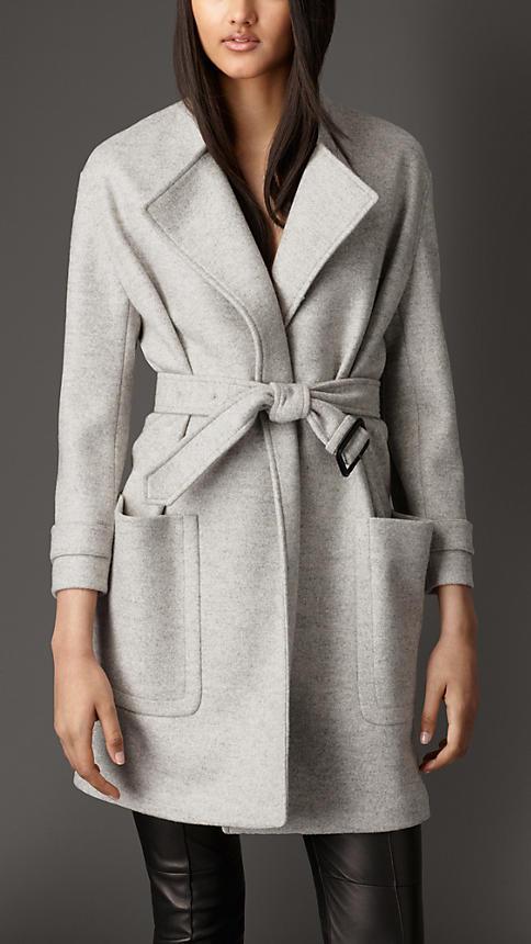 Cappotto Burberry stile bon ton ed elegante, cappotto in lana