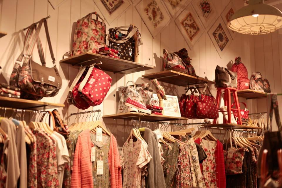 Cath Kidston: ispirato alla mobilia e allo stile della cool Britannia, la stilista Cath Kidston decide di aprire la sua prima boutique nel cuore di Londra