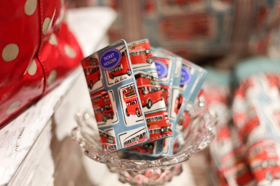Cath Kidston: un esempio di oggettistica in totale stile Cool Britannia, il portafoglio o ticket holder con la stampa del famoso double-decker bus rosso londinese, welcome to England!