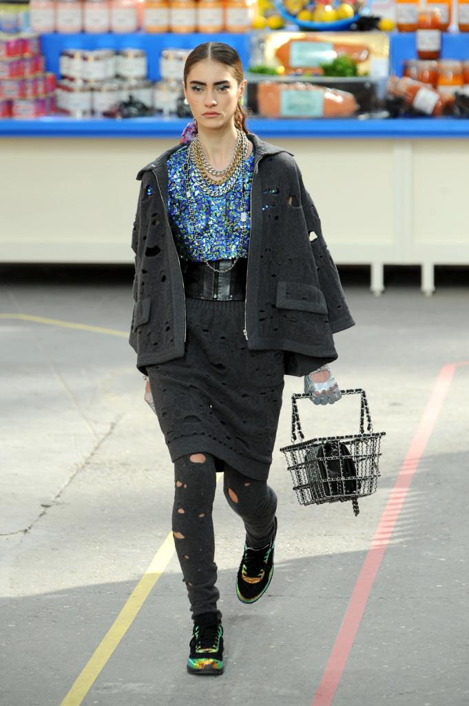 Moderna, quasi sportiva: è la mantella corta di Chanel