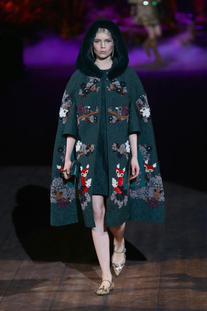 Fiori e decorazioni in abbondanza per la mantella Dolce & Gabbana